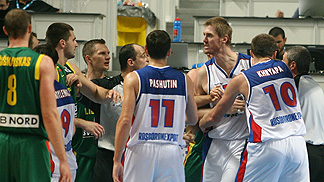 Linas Kleiza (Lithuania / left), Aleksey Savrasenko (Russia / right)